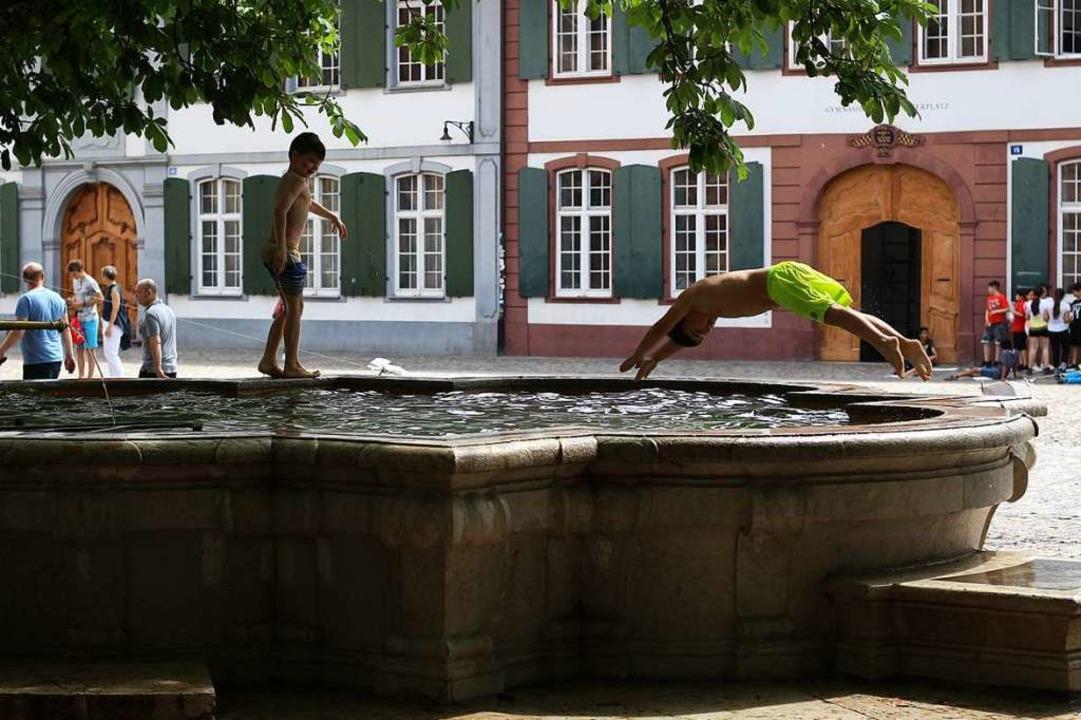 Wer nicht im Rhein schwimmen möchte, k...uch in den Brunnen in der Stadt baden.  | Foto: Joshua Kocher