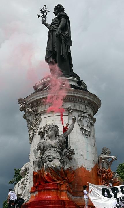 Die Protestler besetzen die symbolisch...ätze:  auch die Place de la Republique    Foto: DOMINIQUE FAGET (AFP)