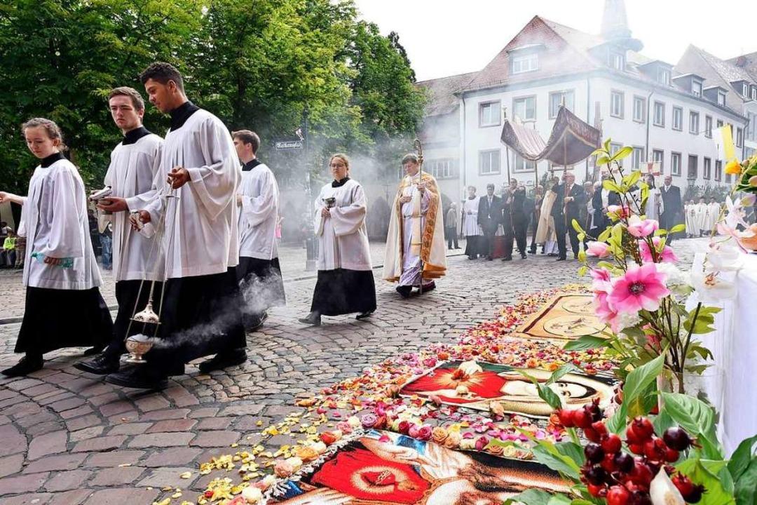 Zu Fronleichnam ziehen gläubige Kathol...teppichen geschmückt sind. Archivbild.  | Foto: Thomas Kunz