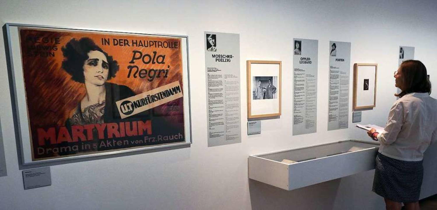 Eine Besucherin betrachtet in der Ausstellung ausgestellte Exponate.  | Foto: Wolfgang Kumm (dpa)