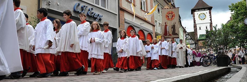 Der Fronleichnamszug in Freiburg hat eine lange Tradition und feste Ordnung
