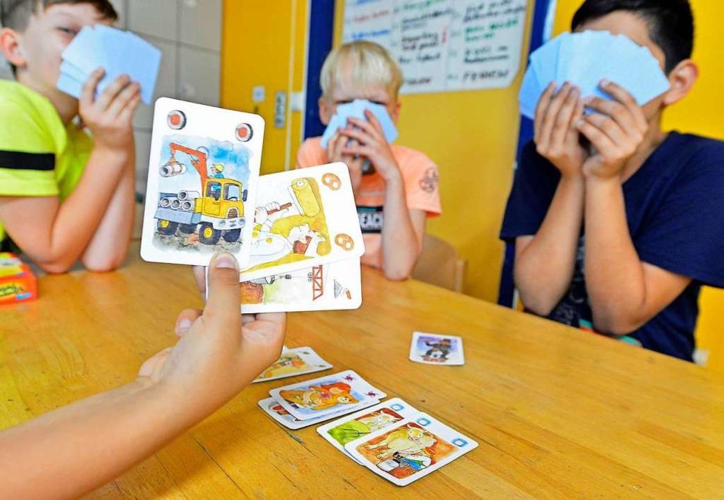 Beim Kartenspiel am Dienstag haben die Jungs sichtlich Spaß.  | Foto: Michael Bamberger