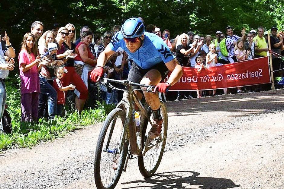 Bei jeder Runde seines Weltrekordversuchs in Wehr wurde Ultra-Biker Kai Saaler von den Zuschauern gefeiert. (Foto: Stefan Ammann)