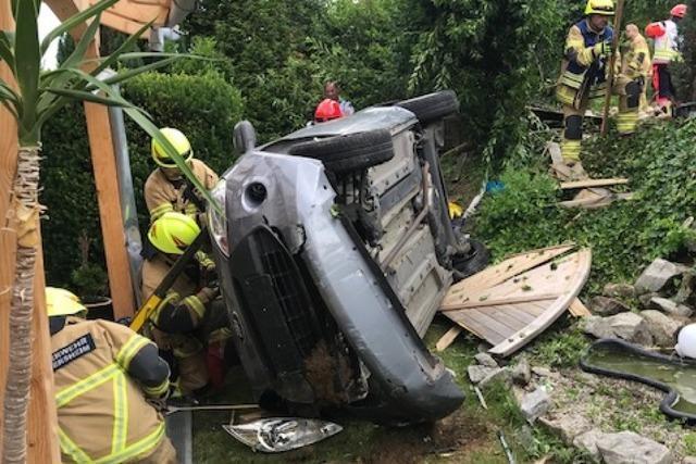 Auto landet in einem Garten – von Pergolapfosten gestoppt