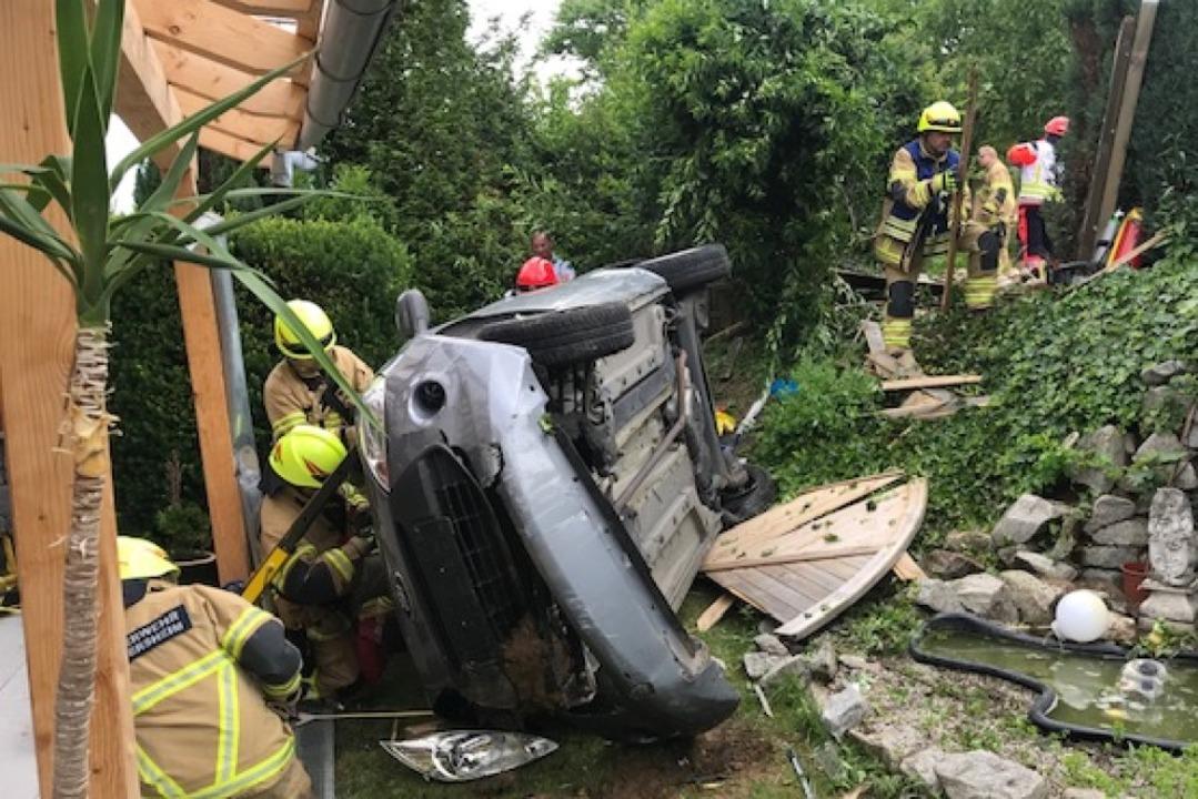 Das verunglückte Auto und die Helfer im Einsatz.   | Foto: Feuerwehr Heitersheim