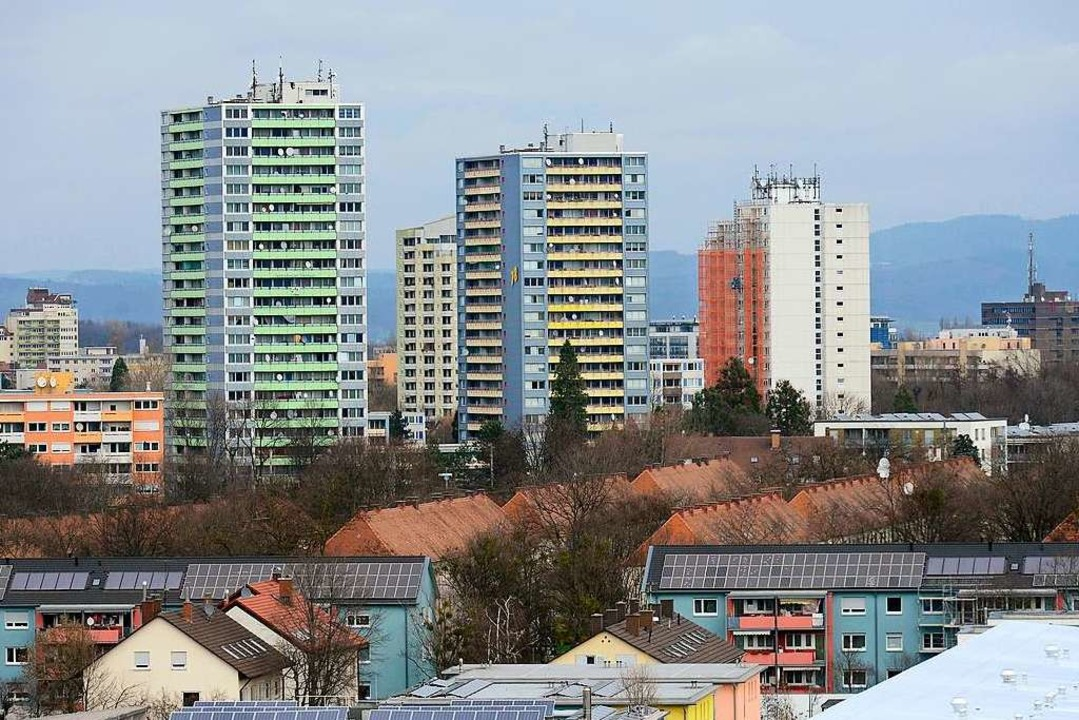 Der Freiburger Stadtteil Weingarten ha...rozinger Straße eine markante Skyline.  | Foto: Ingo Schneider