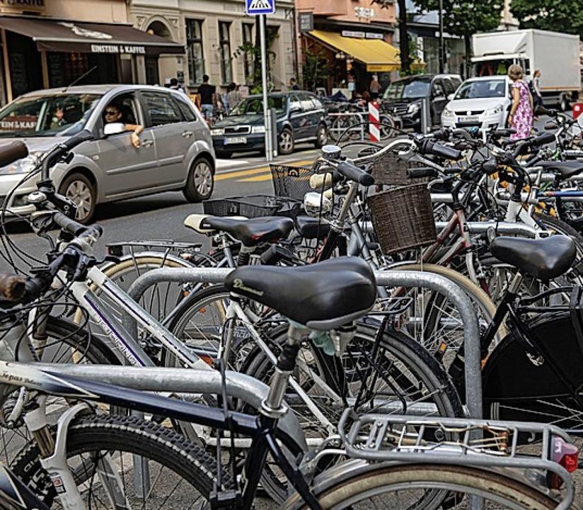 Autos und Fahrräder teilen sich oft die Straße.  | Foto: Paul Zinken (dpa)