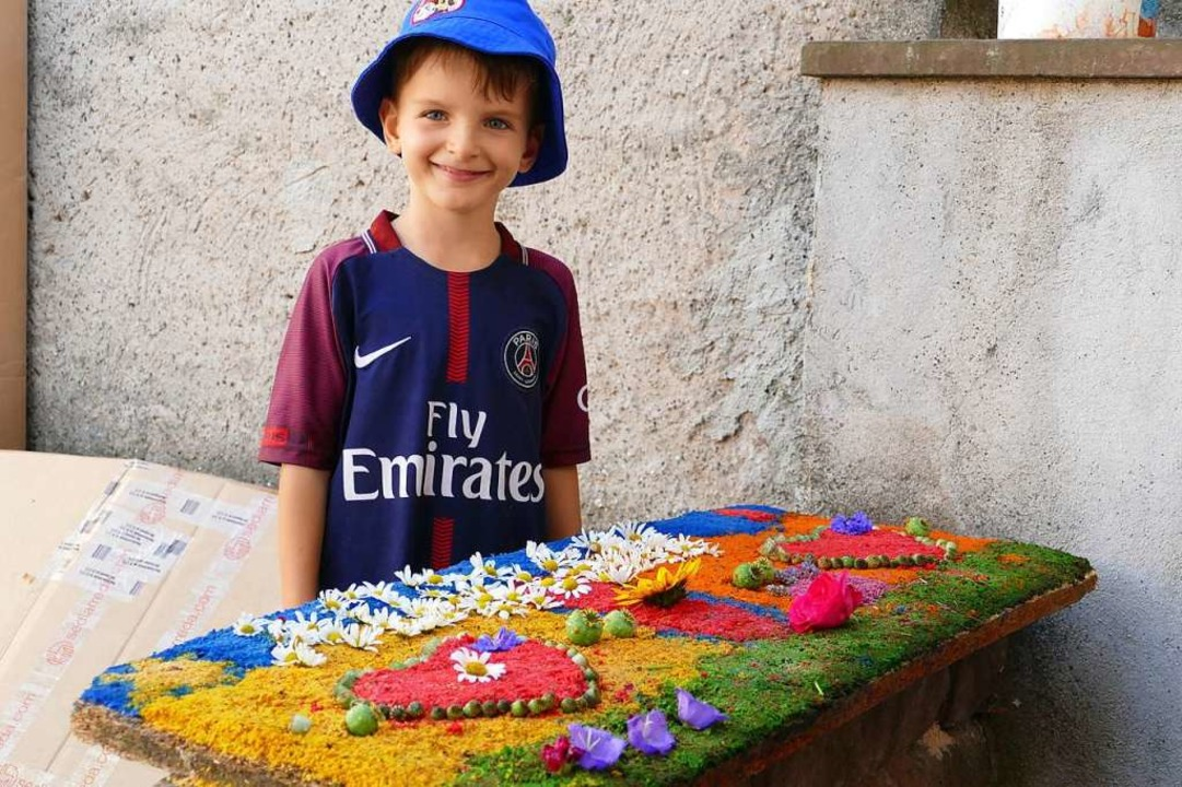 Adrian hat einen Teppich für seine Cousine gelegt.    Foto: Martina David-Wenk