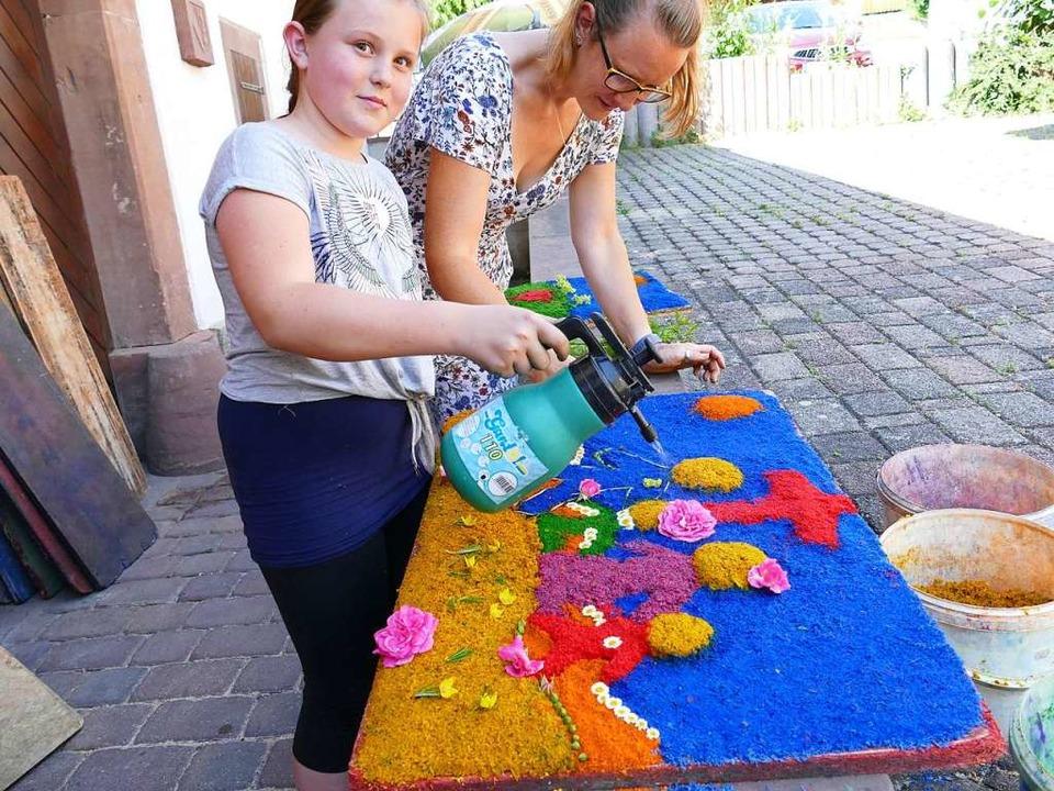 Die neunjährige Leonie mit ihrem Teppich.    Foto: Martina David-Wenk