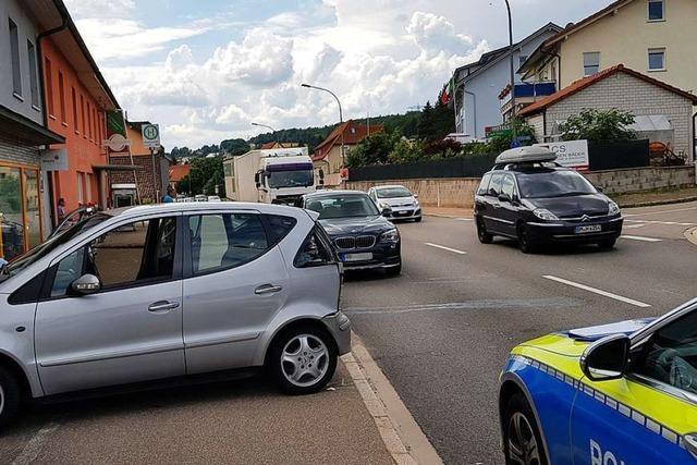 Stau in Bad Säckingen nach Auffahrunfall mit Lastwagen
