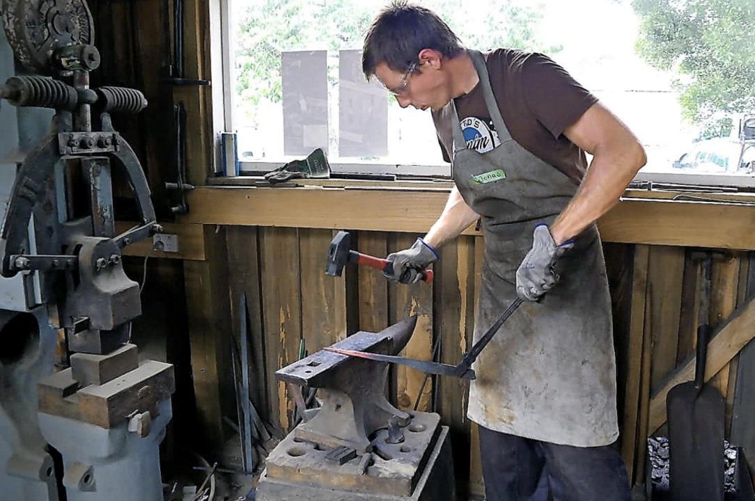 Jonas Bittel bearbeitet ein Stück glühendes Metall mit dem Hammer.   | Foto: Privat