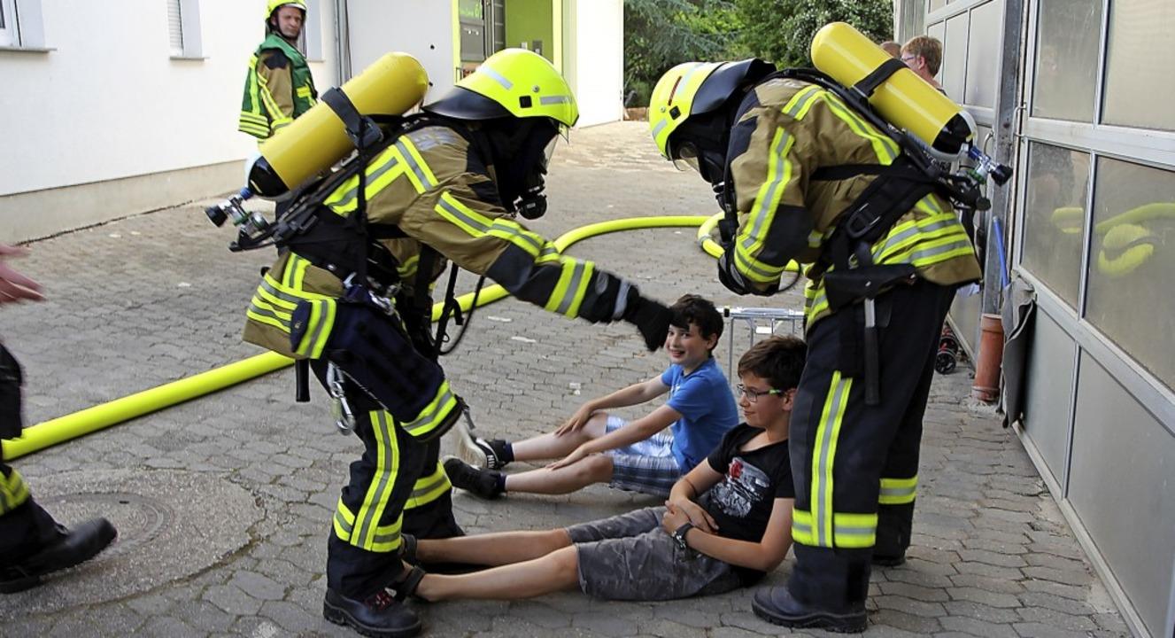 """""""Gerettet"""": Bei der Feuerw...aleck galt es, zwei Kinder zu finden.     Foto: Dagmar Barber"""