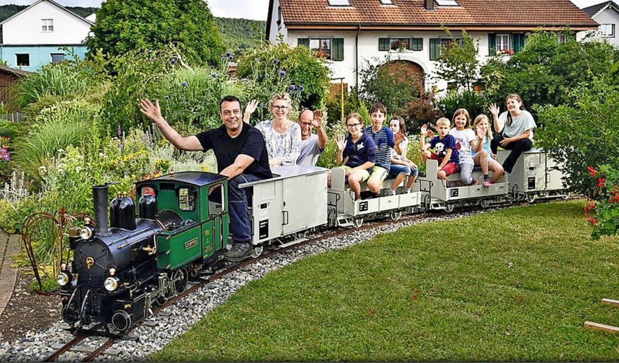 Pius Ackle (Dritter  von links) will a...n für Gartenbahnen bauen und verlegen.  | Foto: Privat