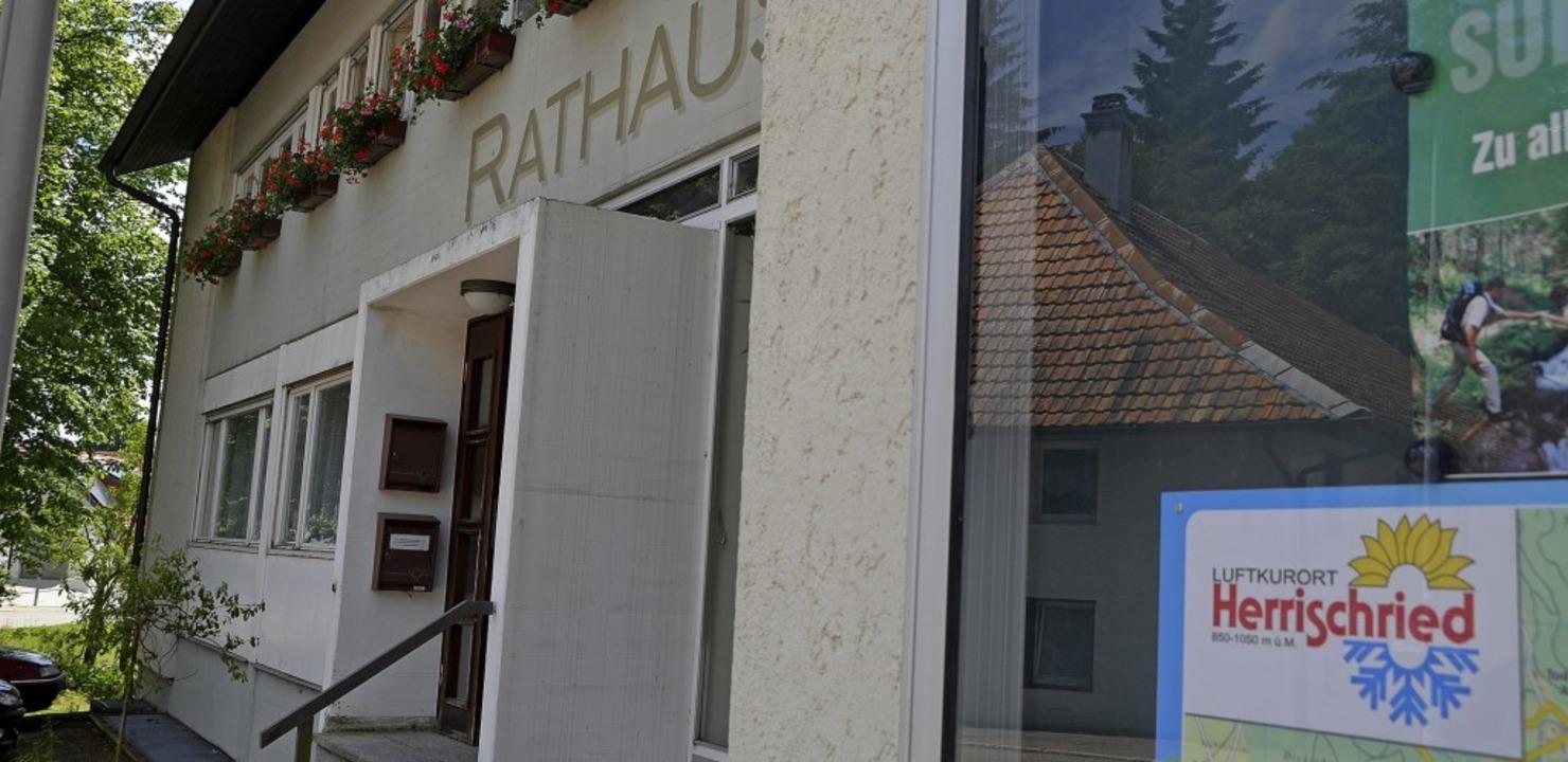 Das Rathaus in Herrischried wird sanie... einen Neubau fehlt derzeit das Geld.   | Foto: Krug