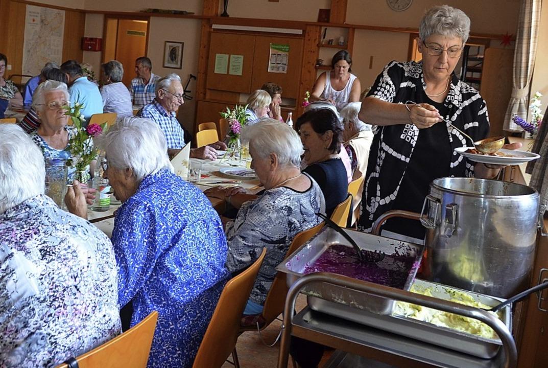 Knapp 30 Senioren hatten sich zu dem e...a Schlachter schöpfte aus dem Vollen.     Foto: Christiane Sahli