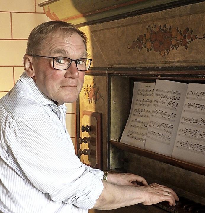 Kirchenmusikdirektor Rainer Goede bege...historischen Barockorgel in St. Ilgen.  | Foto: Bianca Flier