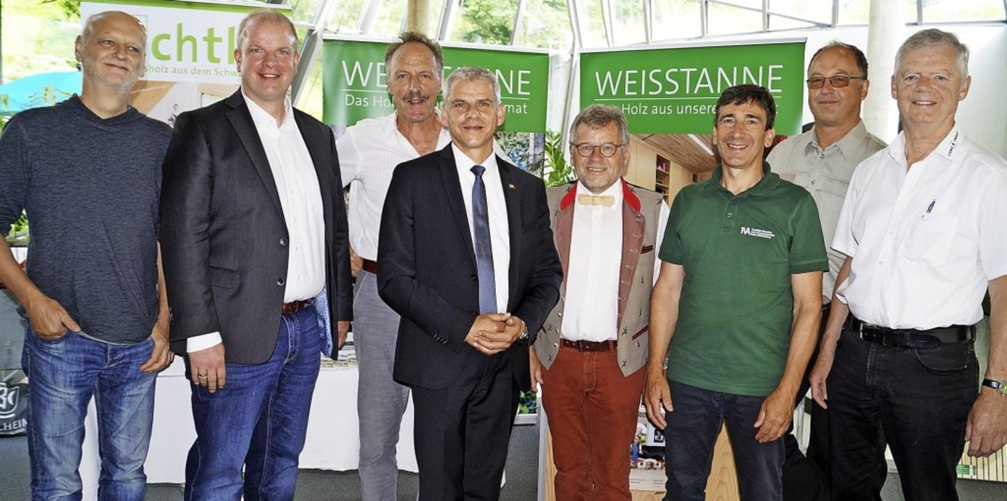 Dendrologe Jens-Uwe Voss, Alexander Ho...Eckert von der Firma Lignotrend (v.l.)  | Foto: Silke Hartenstein