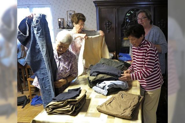 Waschkörbeweise Textilien, Schuhe, Stoffe