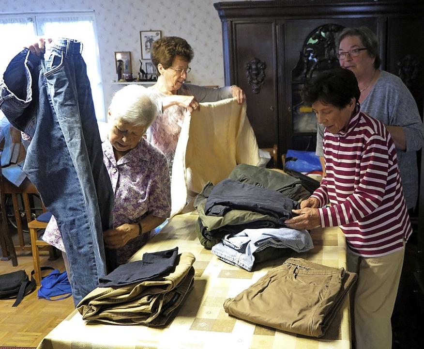 Zu sortieren gibt es immer viel, wenn ...mittwochs zur Kleiderannahme treffen.     Foto: Beatrice Ehrlich