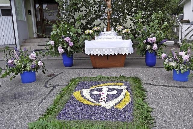 Blütenpracht vor dem Altar