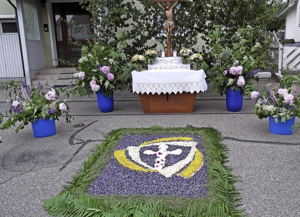 In Ewattingen entstanden zu Fronleichnam wunderbar gestaltete Blumenteppiche.  | Foto: Gertrud Rittner