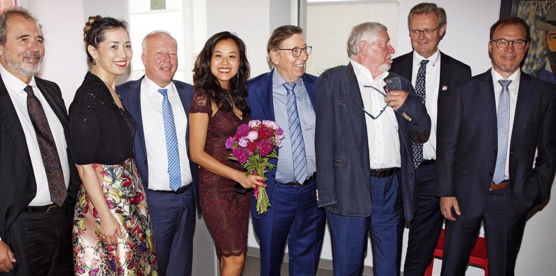 Lea Qin und Ehemann Jürgen Messmer (Mitte) mit Gratulanten  | Foto: Michael Haberer