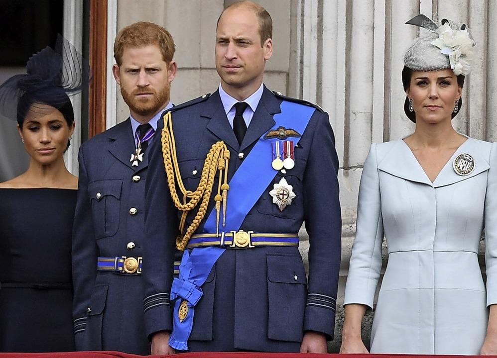 Die Prinzen William und Harry mit ihren Ehefrauen Kate und Meghan (links)    Foto: Victoria Jones (dpa)