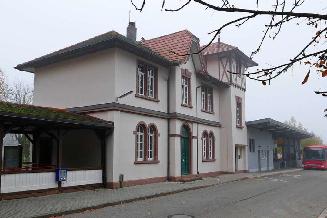Verwaist: Der Bahnhof Staufen wird ohne Schalterpersonal betrieben.  | Foto: Hans-Peter Müller