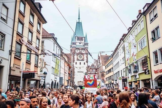Deutlich mehr als 10.000 Besucher tänzeln beim Christopher Street Day in Freiburg