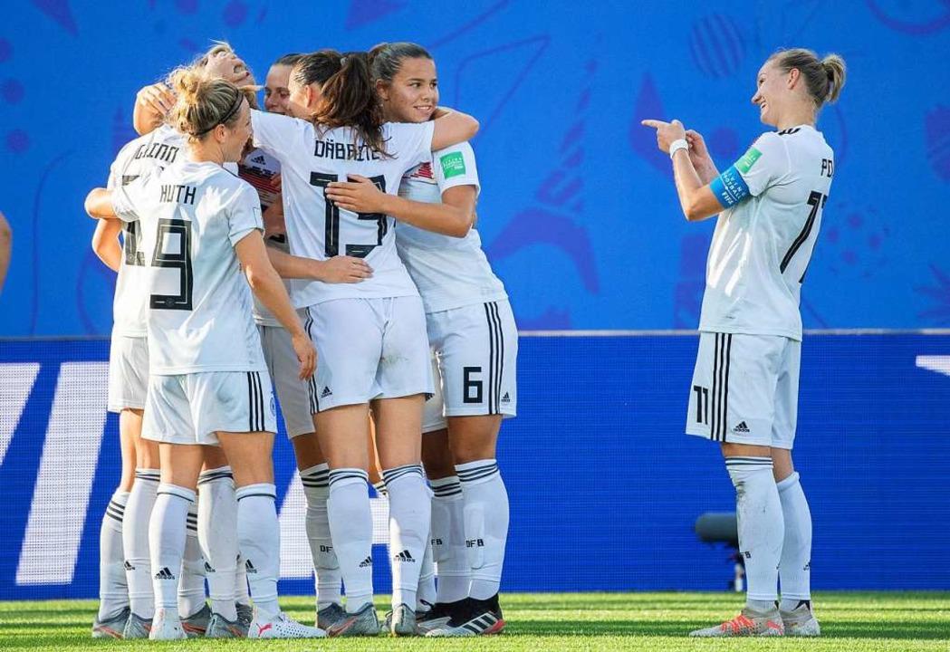Die deutschen Spielerinnen bejubeln ihren Treffer.  | Foto: Sebastian Gollnow (dpa)