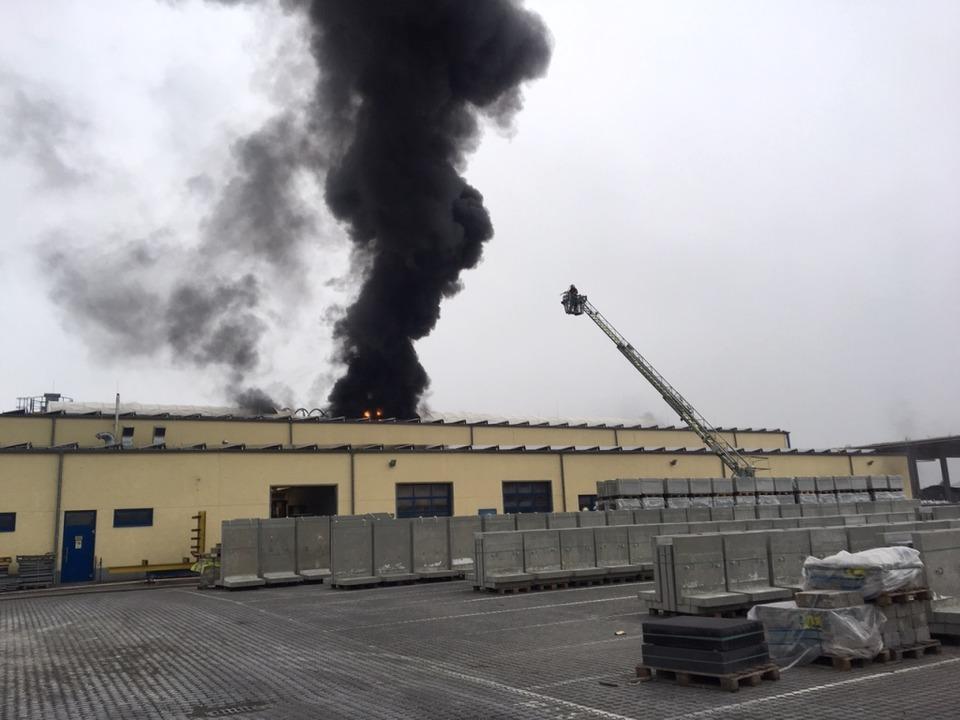 Eine dunkle Rauchwolke stieg am Sonntagmorgen über der Lagerhalle auf.  | Foto: Feuerwehr Herbolzheim