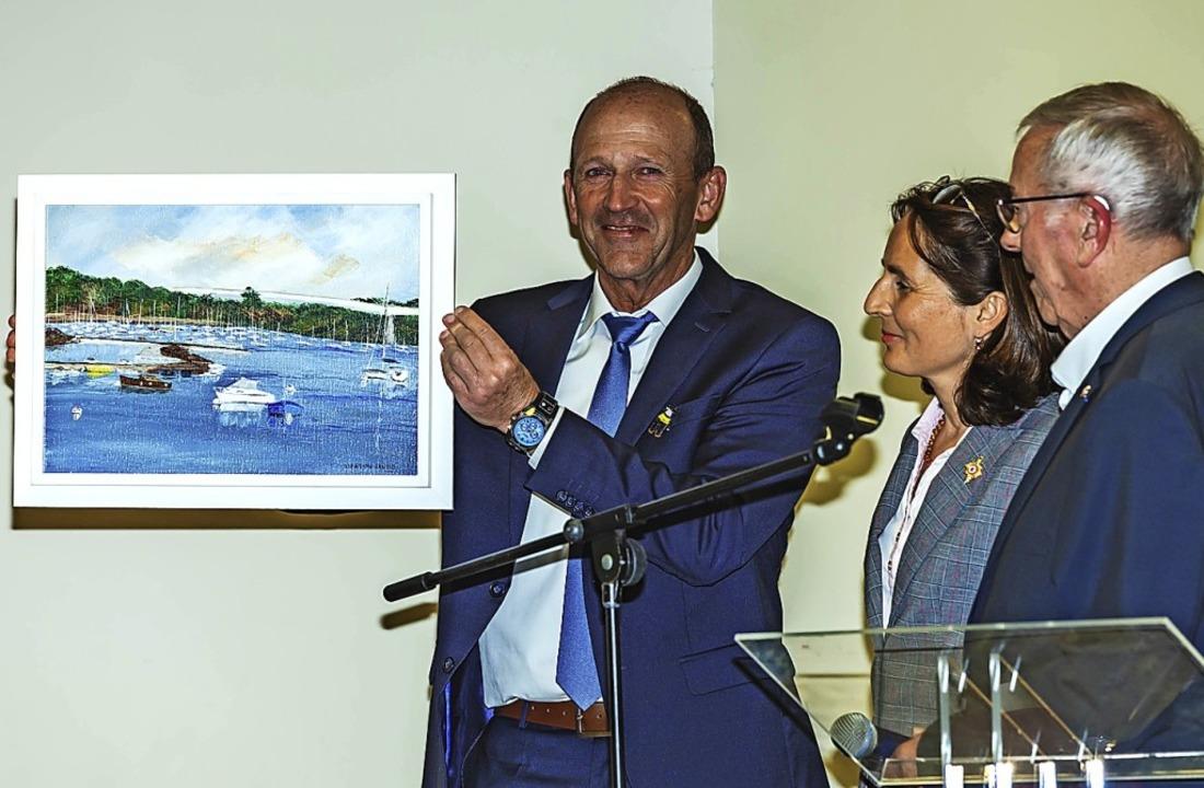Als Gastgeschenk überreichte der Combr...iana Tanguy freute sich über das Bild.  | Foto: Wilfried Dieckmann