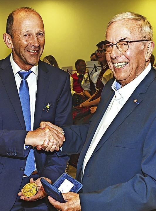 Jacques Beaufils (rechts) überreichte ...hringer die Ehrenmedaille von Combrit.  | Foto: Wilfried Dieckmann