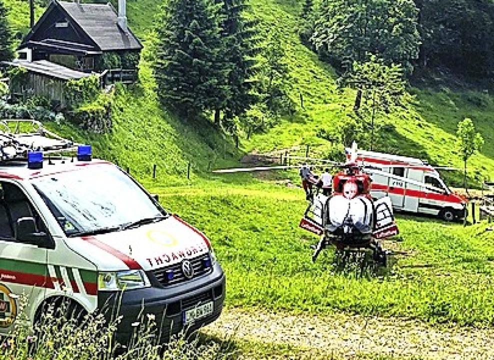 Übergabe des verletzten Waldarbeiters ...ht Villingen-Schwennigen am Gfällhof.     Foto: Bergwacht