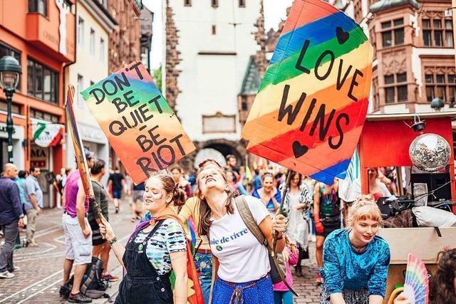 Video: Tausende Menschen feiern und setzen Zeichen beim Freiburger CSD 2019
