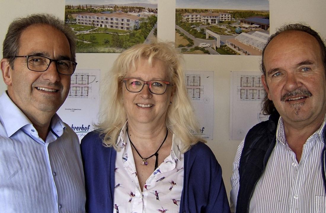 Bruno und Petra Bohrer sowie Architekt... die auf dem Hof öffentlich aushängen.  | Foto: Susanne Müller