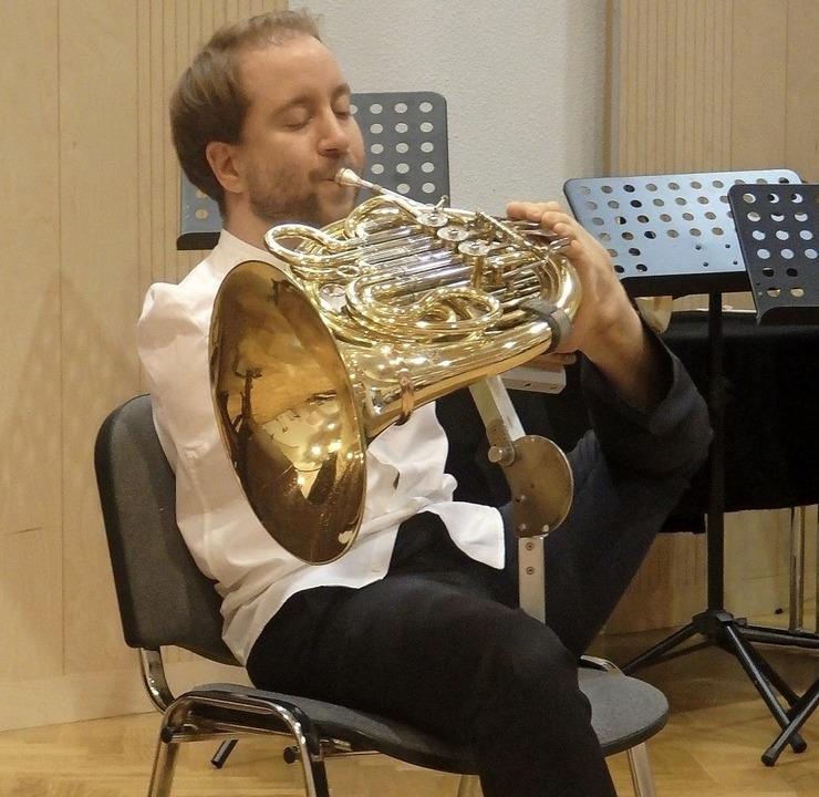 Felix Klieser begeisterte die Hörer  m...t den Zehen des linken Fußes bediente.  | Foto: Bianca Flier