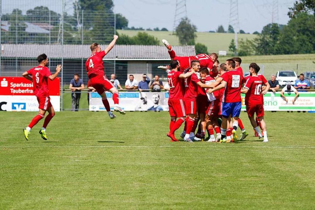 Großer Jubel beim  FFC: Der Aufstieg in die Oberliga ist geschafft.  | Foto: Benedikt Hecht