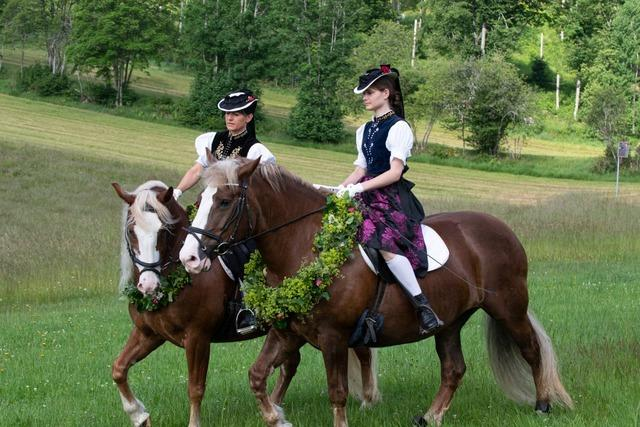 Fotos: Rund 150 Reiter nehmen am Eulogi-Ritt in Lenzkirch teil