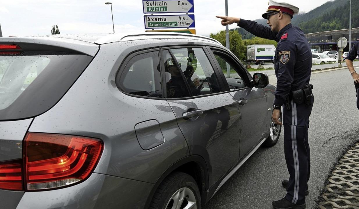 Im österreichischen Kematen kontrollie...hn für den Umgehungsverkehr gesperrt.   | Foto: Angelika Warmuth (dpa)