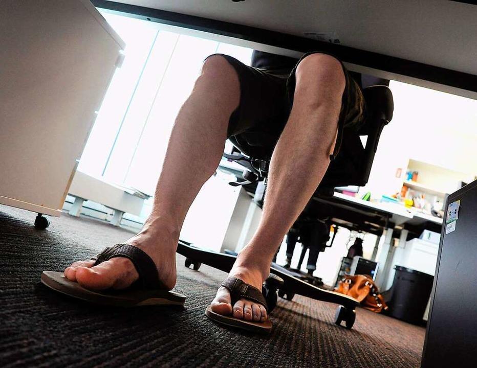 So lässt es sich bei Hitze im Büro sic...äufig gegen Etiketteregeln verstoßen.   | Foto: Mascha Brichta (dpa)