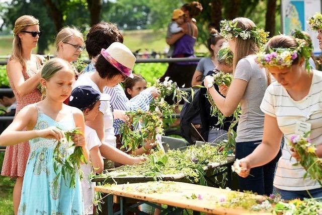 Lieder, Tänze und Blumenkränze an der Sonnenwendfeier im Mundenhof