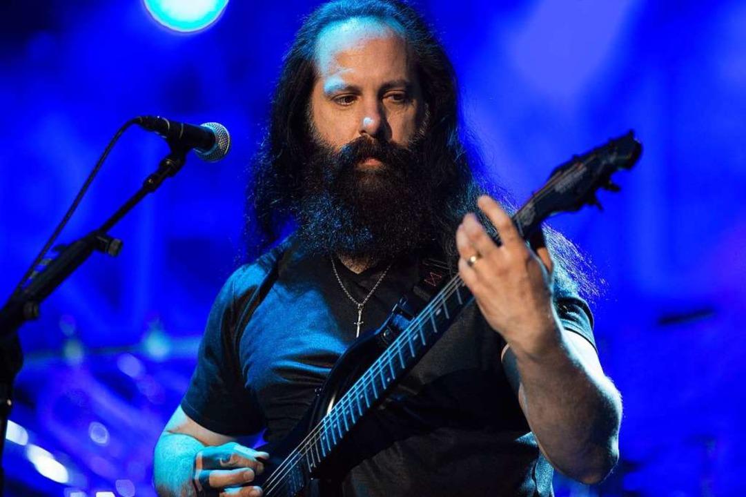 "John Petrucci – der strapazierte..."" ist in seinem Fall zutreffend.  | Foto: Carlotta Huber"