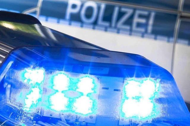 BMW mit Anhänger beschädigt geparktes Auto