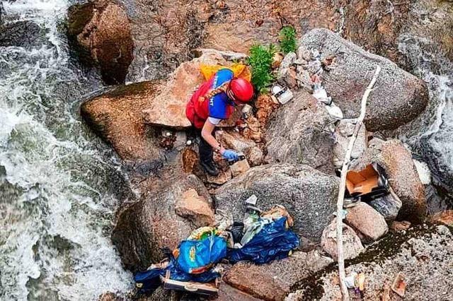 Bergwacht muss Müll an der Wehra bergen