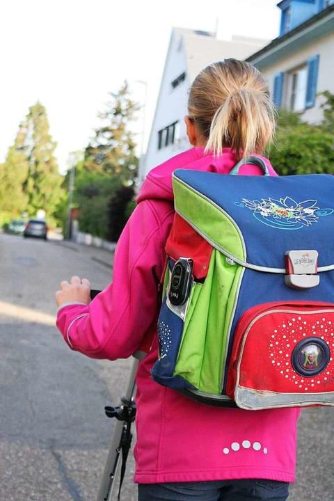 Letizia fährt mit dem Roller zur Schule.   | Foto: Uni Freiburg