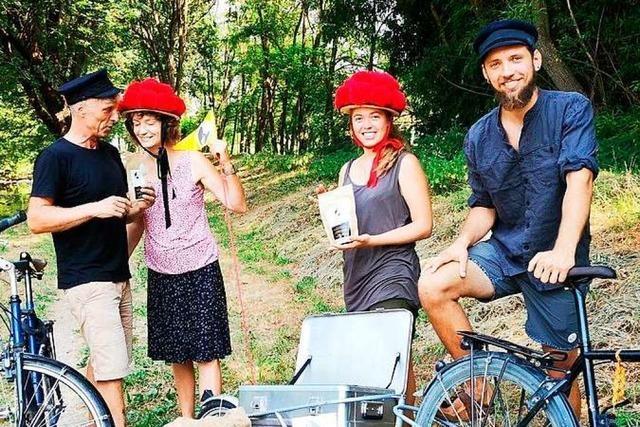 Mit dem Fahrrad bringt diese Gruppe fair produzierte Kaffeebohnen von Bremen nach Freiburg