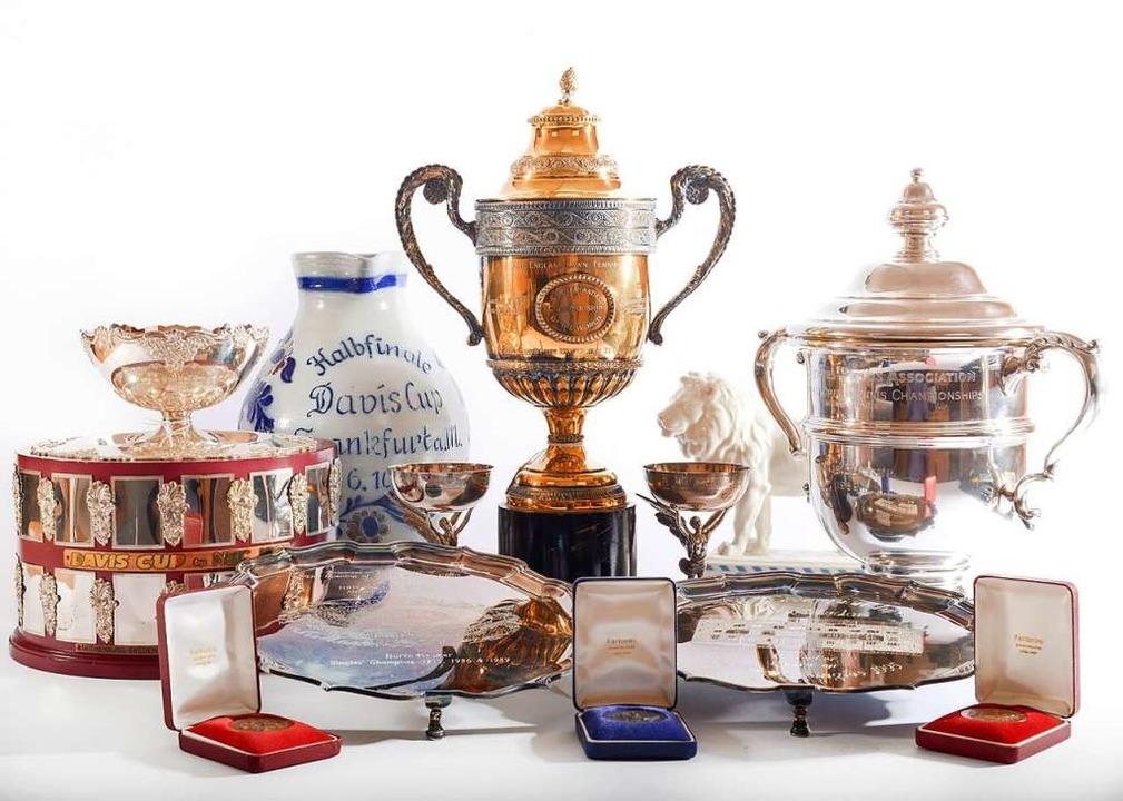 Trophäen und Repliken, darunter der Si...ledon Championships von 1985 und 1986.  | Foto:  (dpa)