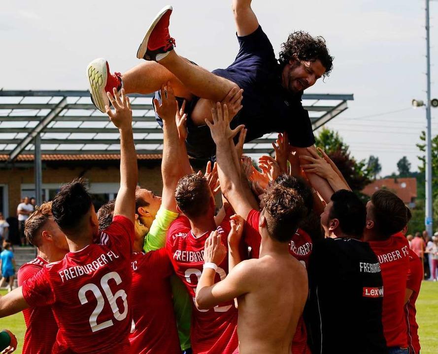Flieg Trainer, flieg: FFC -Coach Ralf Eckert wird von seinen Jungs gefeiert.    Foto: Benedikt Hecht