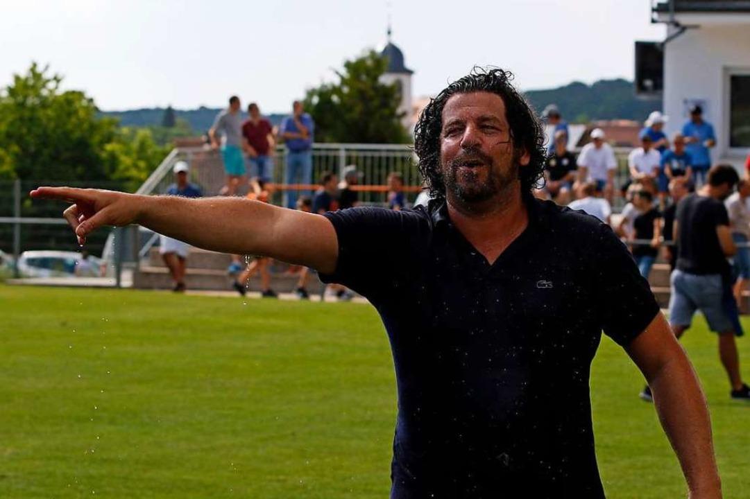 Pitschnass war FFC-Coach Ralf Eckert nach den zahlreichen Bier- und Sektduschen.    Foto: Benedikt Hecht